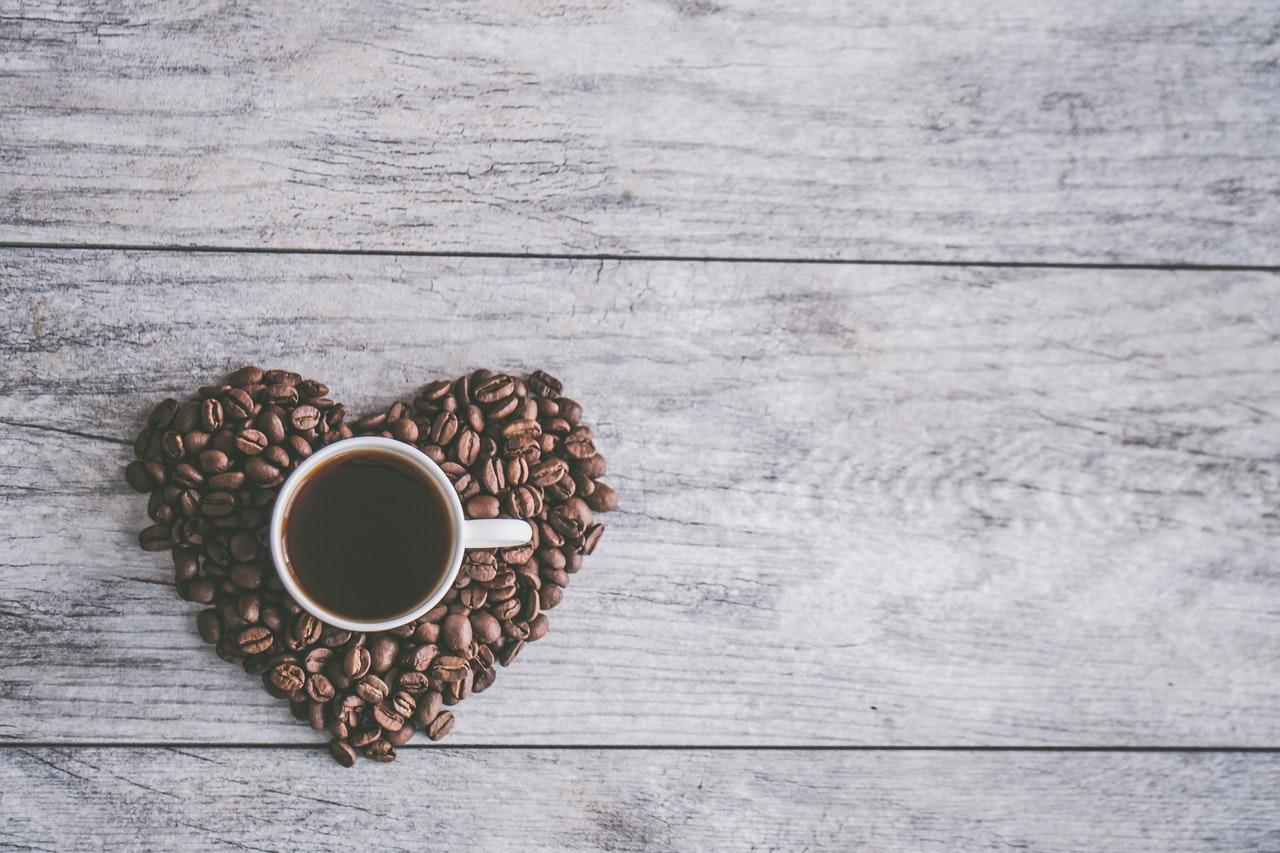 Káva. Pražená zrna lahodného nápoje.